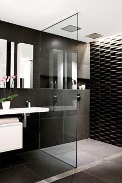 bano-revestimiento-negro-y-mobiliario-en-blanco